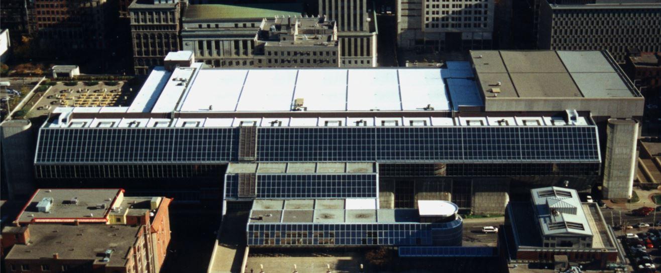 Réfection des toitures du palais des Congrès de Montréal à la suite du Verglas de janvier 1998.